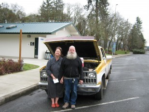 Image of couple helped by Oregon Travel Experience's rest stop supervisors.