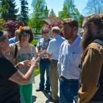 Oregon Travel Experience Executive Director Nancy DeSouza chats with the direct descendants of Joel Perkins.