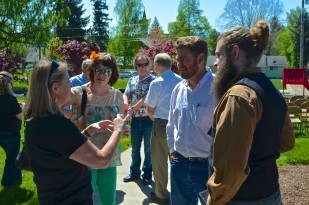 Oregon Travel Experience Executive Director Nancy DeSouza chats with the direct descendants of Joel Perkins.