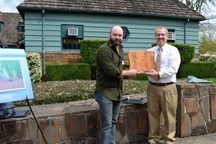 Oregon Travel Experience Maynar Drawson Memorial Award winner Brian French with Paul Ries, from the Oregon Heritage Tree Committee.
